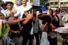 થરાદ: મોબાઈલ ચોર પકડાતા લોકોએ ધીબી નાખ્યો - Photos
