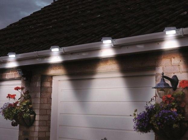 સોલર લેમ્પ્સ: આ લેમ્પ્સ સૂર્યના પ્રકાશથી ચાર્જ થશે અને રાત્રે ઘરમાં અજવાળુ લાવશે.જેથી ઇલેક્ટ્રીસિટીનો બચાવ થશે. સોલર પેનલ્સને એવી જગ્યાએ લગાવવામાં આવે છે જ્યાં તડકો<br />સૌથી વધુ પ્રમાણમાં આવતો હોય. એક વાર પૂરી ચાર્જ થયા પછી આ સિસ્ટમ એક સિંગલ બલ્બ દ્વારા સળંગ આઠ કલાક સુધી રોશની આપી શકે છે.