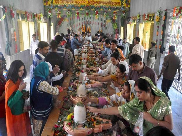દેહરાદૂનનાં તપખેશ્વર મંદિરમાં ભક્તોની જામી ભીંડ (Image: PTI)