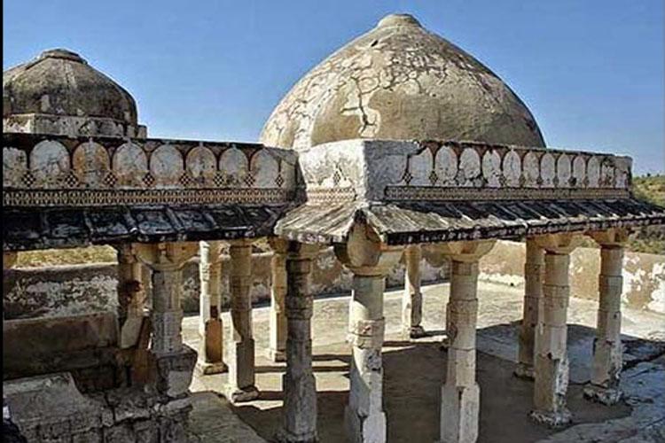 બલૂચિસ્તાન પ્રાંતમાં આવેલું હિંગલાજ મંદિર ઘણુ જ પ્રખ્યાત છે. અહીંયા સુધી પહોંચવું તીર્થયાત્રિઓ માટે મોટો પડકાર હોય છે.
