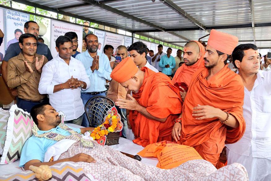 દિવસ-11: સુરતના કામરેજના સ્વામીનારાયણ મંદિરના મહંતોએ હાર્દિકની મુલાકાત લઈને તેના સારા સ્વાસ્થ્ય માટે આશીર્વાદ આપ્યા હતા.