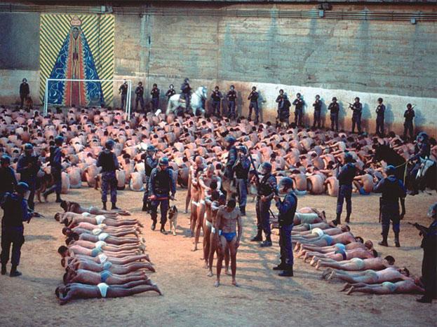 કેંપ 22 નોર્થ કોરિયા - નોર્થ કોરિયાને પૂરી દુનિયા ત્યાંના તાનાશાહ લીડર કિમ જોંગને તો જાણે જ છે, પરંતુ આવો જ એક અન્ય કિમ જોંગ પણ આ દેશમાં હતો જેણે આ જેલ બનાવી હતી. કેંપ 22નું નિર્માણ 1965માં કિમ જોંગ ઈલના કહેવા પર કરવામાં આવ્યું હતું, આ જેલમાં 50 હજારથી વધારે કેદી રહે છે. અહીં કેદી સાથે બર્બરતાની તમામ હદ પાર કરવામાં આવે છે અને કેટલીક વેબસાઈટ તો એવું પણ કહે છે કે, અહીં કેદીઓ પર બાયોલોજિકલ હથિયારોનો પણ પ્રયોગ કરવામાં આવે છે, (Image source: YouTube)