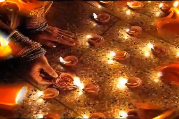 નેપાળ અને મોરિશિયસમાં દિવાળી ... 1. નેપાળ અને મોરિશિયસ દિવાળી ભારત જેવી ઉજવવામાં આવે છે, પરંતુ ત્યાં નવી દુલ્હન દીપક પ્રગટાવે છે. જોકે, મલેશિયામાં પણ દિવાળીના દિવસે રજા મનાવવામાં આવે છે. લોકો દીવો લાઇટિંગ અને રંગોળી સાથે દેવી લક્ષ્મીના આગમનની ખુશીઓ મનાવે છે. લોકો તહેવારની શુભેચ્છાઓ અને ભેટો આપે છે.