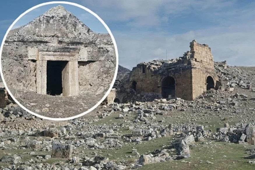 તમને જણાવી દઈએ કે, દક્ષિણ તુર્કીના હીરાપોલીસ શહેરમાં એક ખુબ પ્રાચિન મંદિર છે. આ મંદિરને નરકનો દરવાજો નામ આપવામાં આવ્યું છે, કારણ કે, છેલ્લા કેટલાએ વર્ષોથી અહીં સળંગ રહસ્યમય રીતે મોત થઈ રહ્યા છે. ઉલ્લેખનીય છે કે, આ મંદિરના સંપર્કમાં આવતા જ પશુ-પક્ષી તમામ લોકો મરી જાય છે. કહેવામાં આવે છે કે, તેમનું મોત યૂનાની દેવતાના ઝેરી શ્વાસના કારણે થઈ રહ્યા છે.