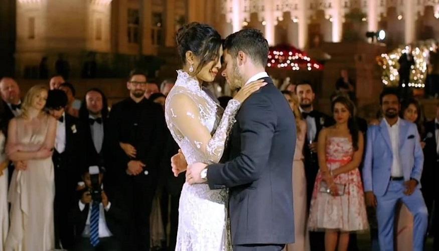 ક્રિશ્ચન વિધીથી લગ્ન બાદ પહેલી KISS