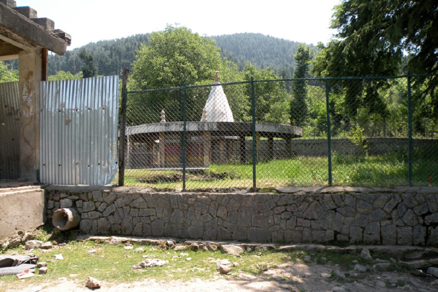 ભવાની મંદિર - આ મંદિર કાશ્મીરના અનંતનાગના લકડીપોરા ગામમાં છે. દેવીના આ મંદિરની દેખરેખ હવે મુસલમાનો કરે છે. 1990માં જ્યારે હિન્દુ આ ગામમાંથી જતા રહ્યા તો ઘણા સમય સુધી આ મંદિર સુનુ પડ્યું હતું, પરંતુ ત્યાંના મુસલમાનોએ આ મંદિરની વ્યવસ્થાનું ધ્યાન રાખ્યું. જોકે, હિન્દુ જનસંખ્યા ઓછી હોવાના કારણે અહીં બહુ લોકો નથી આવતા.