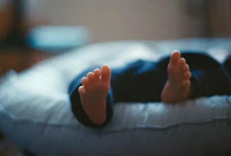 જાહેર આરોગ્ય અધિકારી કહે છે કે માતાના ગર્ભાશયમાં બાળકનું મોત થઇ ગયુ હતુ. તેમણે કહ્યું કે બાળજન્મ દરમિયાન બાળકનુ શરીર બે ભાગમાં વિભાજીત થઇ ગયુ.