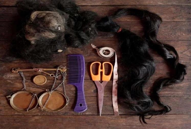 ખરેખર તે બાળકીના પેટમાં ડોઢ કિલો વાળનો એક બોલ હતો. જેને સર્જરી દ્વારા કાઢવામાં આવ્યો હતો. મિરરના રિપોર્ટ અનુસાર બાળકીને બે વર્ષની ઉમરમાં વાળ ખાવાની લત લાગી ગઇ હતી.