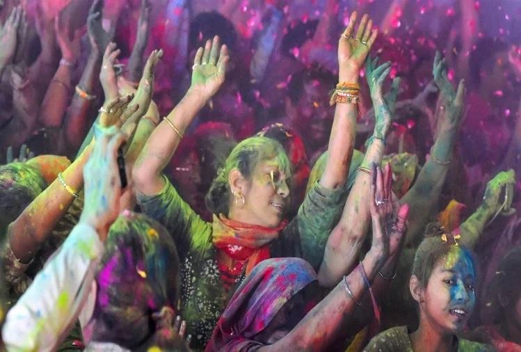 ચેકોસ્લોવાકિયામાં 'બાલિયા કનૌસે' ના નામથી હોળીનો તહેવાર ઉજવાય છે. આ પ્રસંગે લોકો એક બીજા પર રંગ નાખે છે અને નૃત્ય કરે છે.