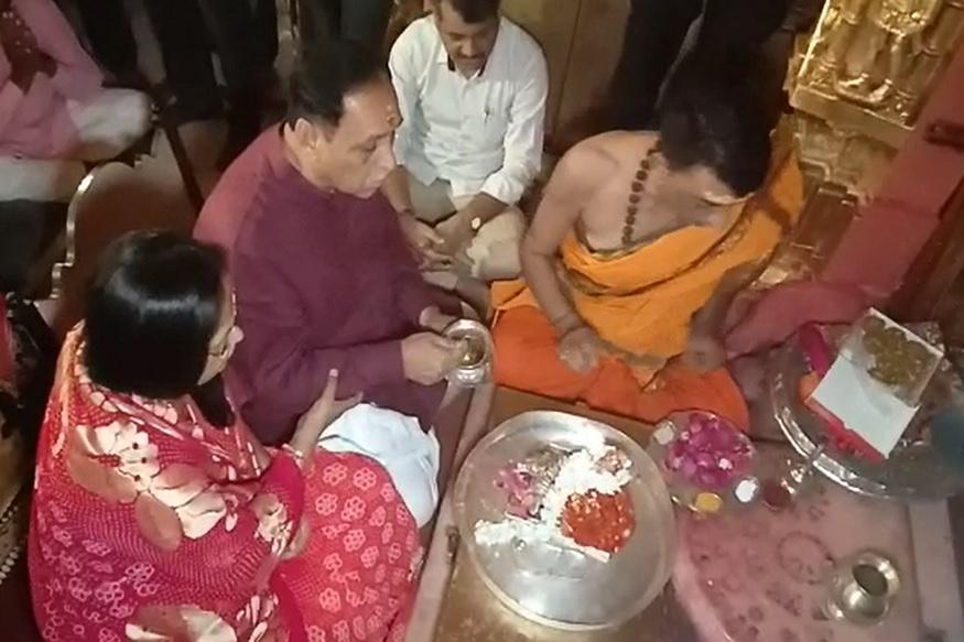 ગુજરાતનાં મુખ્યમંત્રી વિજય રૂપાણીએ પત્ની અંજલીબેન સાથે આજે સવારે અંબાજી મંદિરમાં વિશેષ પૂજા અર્ચના કરી છે. તેમણે નીજ મંદિરમાં કપુર આરતી પણ કરી હતી. મહત્વનું છે કે વિજય રૂપાણી પત્ની સાથે અનેકવાર અંબાજી માતાનાં શરણે આવે છે.