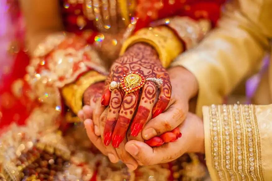 અખાત્રીજ લગ્ન માટે વણજોયુ મુહૂર્ત ગણવામાં આવે છે. માન્યતા છએ કે આપનાં વિવાહ માટે પુરોહિતજી મુહૂર્ત ન કાઢ્યુ હોય તો આપ અક્ષય તૃતીયનાં દિવસે વિવાહ કરી શકો છો. એ દિવસે પરણનારા જોડા આજીવન સુખી અને પ્રસન્ન રેહ છે. એટલું જ નીં એમ પણ કહેવાય છે કે જો યુવક યુવતીની ઉંમર થઇ ગઇ હોય પણ તેમનાં લગ્નમાં આવતી બાધાઓ આવતી હોય તો તેમને અખાત્રીજનાં દિવસે આ ખાસ ઉપાય કરવા જોઇએ તેનાંથી તેમને જલદી જીવનસાથી મળી જાય છે.