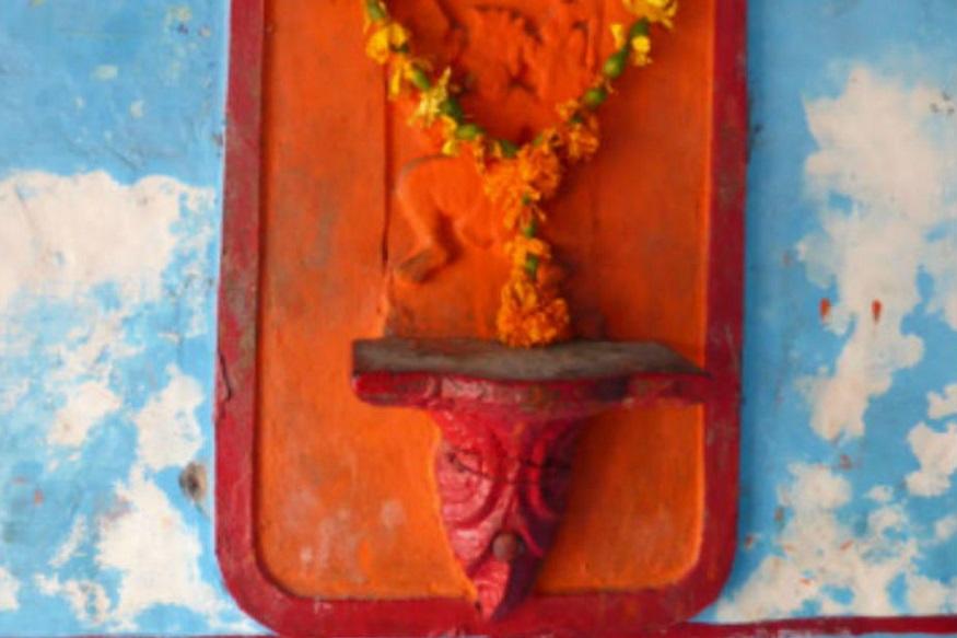 -જો તમારા કામમા અડચણ આવી રહી છે. તો શનિવાર અને મંગળવારે હનુમાનજીના મંદિરમાં જઈને ગોળ અને ચણાનો પ્રસાદ ચઢાવો, રોજ સવારે આ મંત્રનો જાપ કરવો.