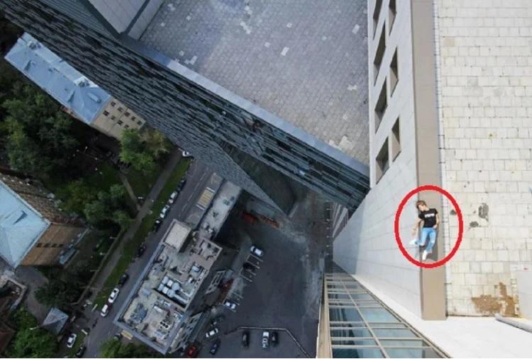એન્જેલા નિકોલોને વિશ્વની સૌથી ઊંચી ઇમારતો અને ટાવર્સની ટોચ પર ચઢીને ફોટોગ્રાફી કરવાનો શોખીન છે. એન્જેલા નિકોલો સૌથી ઊંચી ઇમારતોને શોધે છે અને તેના પર ચઢી જઇને સેલ્ફી લે છે અને તેને તેના સોશિયલ મીડિયા એકાઉન્ટ પર પોસ્ટ કરે છે.