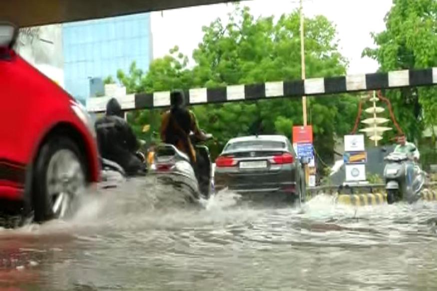 જેની કાગડોળે રાહ જોવાઇ રહી હતી એ મેઘરાજા અંગે સૌરાષ્ટ્ર પર મહેરબાન થયા છે. મંગળવારે બપોરથી જ રાજકોટ શહેરમાં ધોધમાર વરસાદ પડી રહ્યો છે, છેલ્લા એક કલાકમાં શહેરમાં દોઢથી બે ઇંચ વરસાદ ખાબક્યો છે. (અંકિત પોપટ, રાજકોટ)