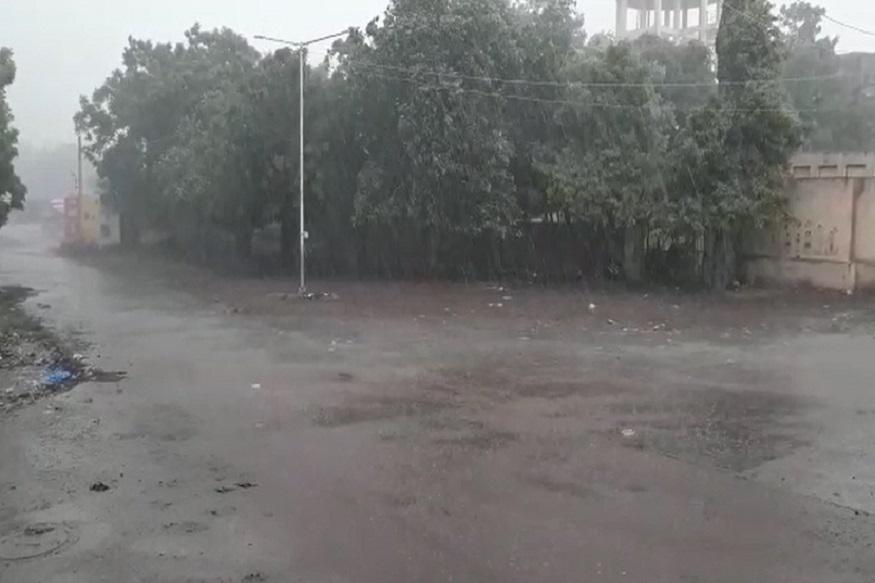 મધ્ય ગુજરાતમાં છોટા ઉદેપુર પંથકમાં 15 દિવસના લાંબા વિરામ બાદ મેઘરાજાએ ધમાકેદાર બેટિંગ શરૂ કરી છે. છોટા ઉદેપુરના લગભગ તમામ તાલુકામાં ધોધમાર વરસાદ શરૂ થયો છે. 15 દિવસથી વરસાદે વિરામ લેતા ગરમી અને ઉકળાટથી લોકો ત્રાહિમામ હતા, તેવા સમયે અચાનક વરસાદ શરૂ થતા વાતાવરણમાં ઠંડક પ્રસરી ગઈ છે. ખેડૂતોમાં અનેરી ખુશી છવાઈ છે.