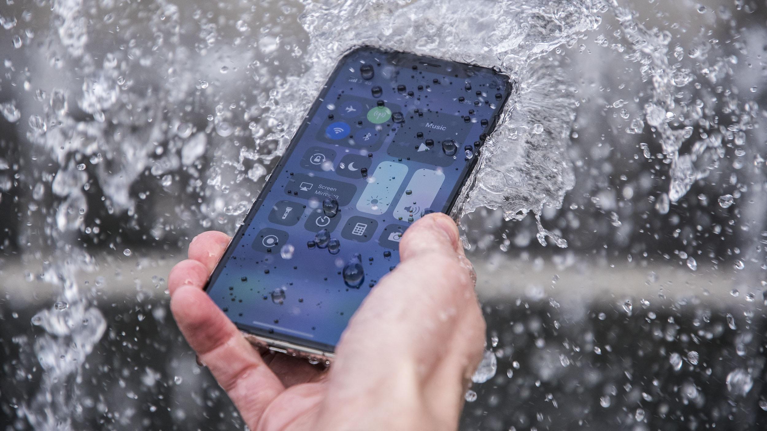 અત્યાર સુધી લીક થયેલા રિપોર્ટ અનુસાર આઇફોન 11 પ્રો અને આઇફોન 11 પ્રો મેક્સમાં ટ્રિપલ લેન્સ કેમેરા સેટઅપ હશે. આ ઉપરાંત આ બંને આઇફોનમાં એપલનું એ13 બાયોનિક પ્રોસેસર હશે.