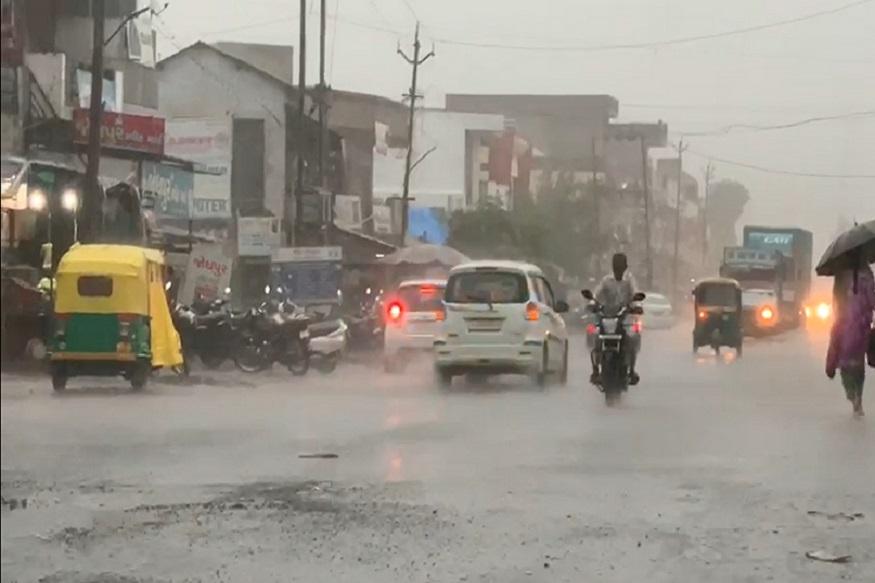 તો સાબરકાંઠામાં આજના દિવસના વરસાદના આંકડા પર નજર કરીએ તો, ઈંડરમાં 1.5 ઈંચ, વડાલીમાં 1.5 ઈંચ, હિંમતનગરમાં 1.5 ઈંચ, ખેડબ્રહ્મામાં - 12મીમી, પ્રાંતિજમાં 12મીમી અને પોશીનામાં 10મીમી વરસાદ નોંધાય છે. હિંમતનગરના ગાંભોઈ, રાયગઢ, હુંજ, ધનપુરા અને હિંમતપુરા ગામોમાં પણ સારો વરસાદ પડતા ખેડૂતોમાં શુશીની લહેર છવાઈ ગઈ છે.