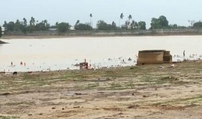 કચ્છના જિલ્લા મથક ભૂજના હમીરસર તળાવમાં નવા નીર આવ્યા છે. કચ્છીઓ વરસાદના પગલે ખુશખુશાલ થઈ ગયા છે.