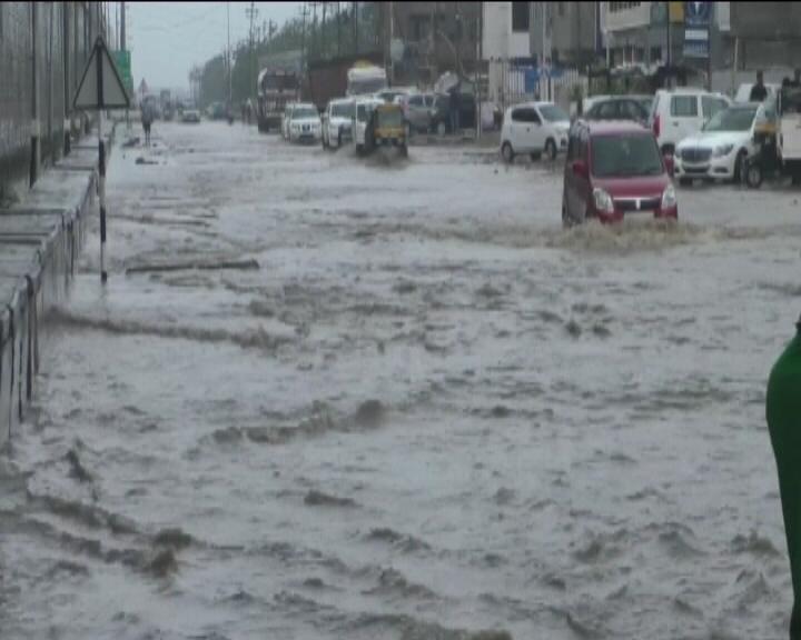 ભારે વરસાદના કારણે કચ્છનું જંગી ગામ પાણીમાં ગરકાવ થઈ ગયું છે. ભારે વરસાદના કારણે ગામમાં લોકો ઘરની બહાર રહેવા માટે મજબૂર થયા છે.