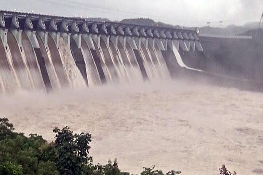 રાજ્યમાં અને ઉપવાસમાં સારા વરસાદને કારણે ગુજરાતના જીવાદોરી સમાન નર્મદા ડેમમાં પાણી તેની ઐતિહાસિક સપાટીએ પહોંચ્યું છે. મધરાત્રીએ ડેમમાં પાણીની સપાટી 131.65 મીટરે પહોંચી જેના લીધે સરદાર સરોવરના 8 દરવાજા ફરી ખોલવામાં આવ્યા હતા.