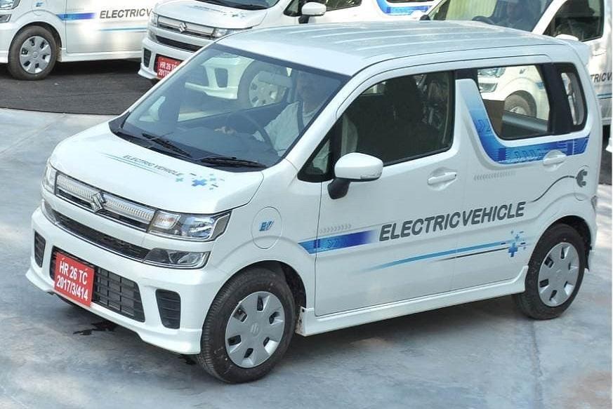 ભારતમાં ઇલેક્ટ્રિક કારોનું લોન્ચિંગ શરૂ થઇ ગયું છે. હ્યુન્ડાઇએ પહેલી રેન્જ ઇલેક્ટ્રિક એસયુવી કોર્નર લોન્ચ કરી, જ્યારે એમજી મોટર્સ ટૂંક સમયમાં તેના eZS નામથી ઇલેક્ટ્રિક કાર લોન્ચ કરશે. ત્યારબાદ મારુતિ તેની ઇલેક્ટ્રિક વેગન આર પણ લોન્ચ કરશે. હાલમાં આ કારનું દેશભરમાં પરીક્ષણ કરવામાં આવી રહ્યું છે. પરંતુ ખાસ વાત એ હશે કે સામાન્ય માણસ આ કાર ખરીદી શકશે નહીં, જાણો શું છે કારણ…