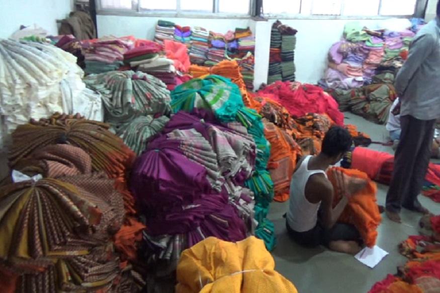 આર્ટીકલ 370 અને 35એ નાબૂદ થતા પાકિસ્તાન એટલી હદે બેબાકળુ થઈ ગયું છે કે તેને ભારત સાથે તમામ વેપાર ઉપર પ્રતિબંધ મૂકી દીધો છે. પાકિસ્તાનનો આ નિર્ણય એના માટે ઘાતક સાબિત થશે એવું સુરતના ટેક્સટાઈલ માર્કેટ સાથે સંકળાયેલા વેપારીઓનું કહેવું છે. જે વ્યાપારીઓ પાકિસ્તાન સાથે વેપાર કરતા આવ્યા છે તેમને કોઈ ફરક નથી પડતો ત્યારે પાકિસ્તાનના આ નિર્ણય બાદ તેઓએ પણ વેપાર બંધ કરી દીધો છે. અને તેમના આ નિર્ણયના કારણે પાકિસ્તાનને એક મોટો ફટકો પડશે. (કિર્તેશ પટેલ, સુરત)