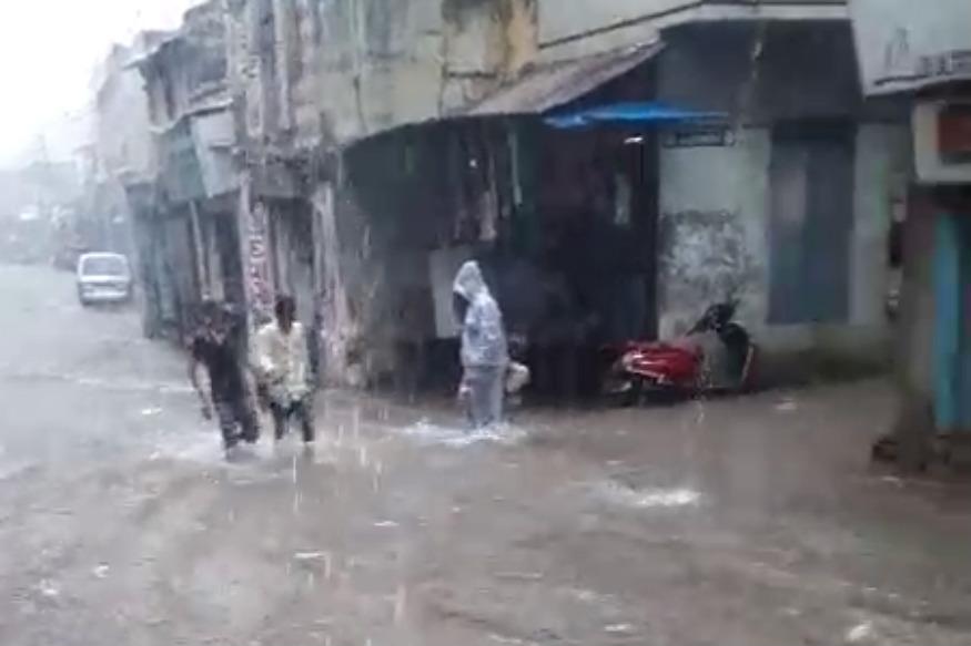 ભારે વરસાદને કારણે ઘર અને બજારોમાં પાણી ભરાઇ ગયા હતા, ખંભાતમાં આવેલી બજારના દ્રશ્યો.