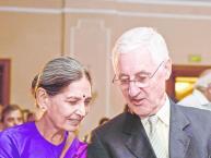 હાલમાં જ વિરાટ કોહલી અને અનુષ્કા શર્માના લગ્ન સતત સમાચારમાં રહ્યાં હતા. પરંતુ અમે તમને એવા ક્રિકેટર્સ વિશે માહિતી આપી રહ્યાં છીએ જે ભારતનાં જમાઈ છે. ઈંગ્લેન્ડના સફળ કેપ્ટનમાંખ એરક માઈર બ્રેયરલીની પત્ની માના સારાભાઈ છે જે ગુજરાત સાથે સંબંધ ધરાવે છે. આ બંનેની 1976માં મુલાકાત થઈ અને માઈકને લગભગ 4 વર્ષ પત્નીને ઈમ્પ્રેસ કરવા માટે ફેમસ કવિ સરૂપ ધ્રૂવ પાસે ગુજરાતી શીખી હતી. તો આવો જાણીએ અન્ય ક્રિકેટર્સની લવ સ્ટોરી...