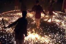 જામનગરઃ આગની જ્વાળાઓ પર ગરબાની રમઝટ, જોનારા જોતા જ રહી ગયા!