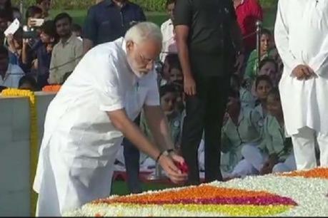 ગાંધી જયંતી- રાજઘાટ પર PM મોદીએ બાપૂને અર્પી શ્રદ્ધાંજલિ