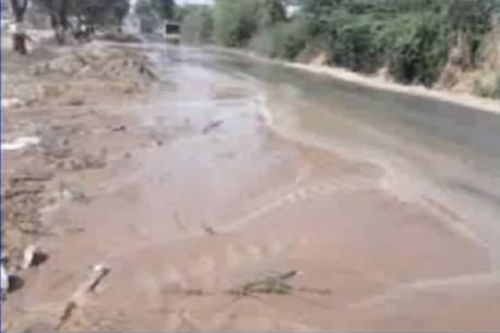 બનાસકાંઠાઃ થરાદ-ધાનેરા હાઈવે પર પાણીની પાઈપલાઈનમાં ભંગાણ, બે દિવસથી સતત પાણીનો વ્યય