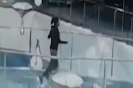 મોલમાં ભાગતી મહિલા શાર્ક ટેન્કમાં પડી ગઈ, વાયરલ થયો દર્દનાક Video