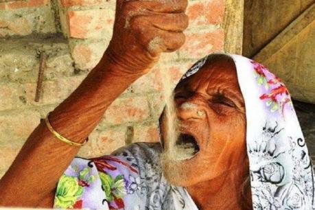 OMG: આ મહિલા દરરોજ ખાય છે 2 કિલો રેતી