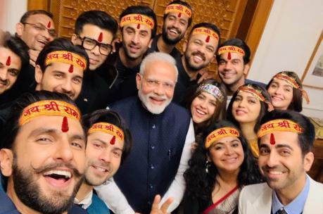 બોલિવૂડ સ્ટાર્સ સાથે PMની સેલ્ફી થઈ ટ્રોલ, યૂઝરે સ્ટાર્સના કપાળે લખ્યું 'જય શ્રી રામ'