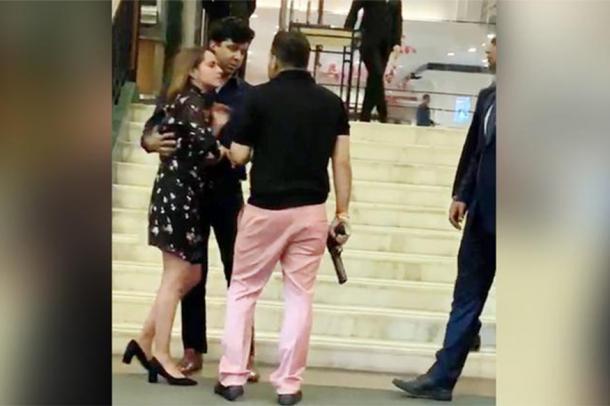 હોટલના લેડીઝ ટોઇલેટમાં ઘૂસ્યો BSP નેતાનો પુત્ર, વિરોધ કરતા બતાવી ગન